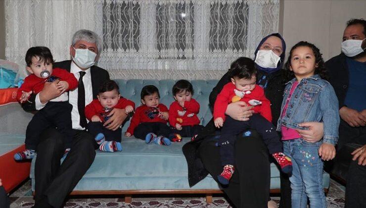 Bakan Selçuk, Hatay'daki beşiz bebek sahibi aileyi ziyaret etti