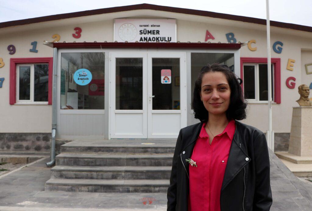 Kayseri'de yaşayan Şeyda Gürsoy, yeni tip koronavirüs (Kovid-19) sürecinde gönüllü olarak okul okul gezip küçük yaştaki öğrencileri hikaye anlatarak eğlendiriyor.