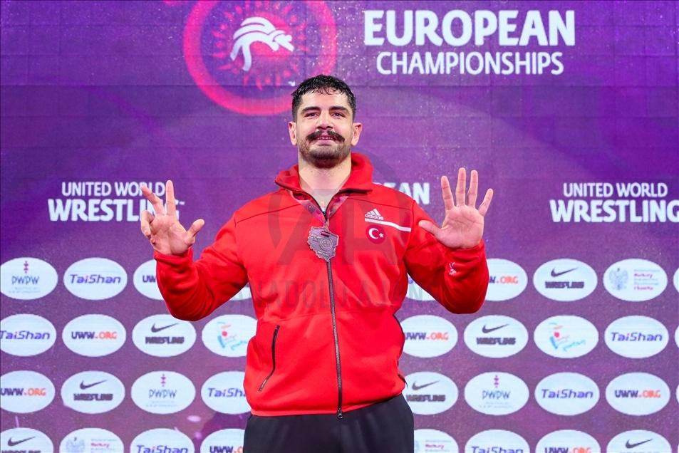 Dünya ve olimpiyat şampiyonu milli güreşçi Taha Akgül, Rus sporcu Sergei Kozyrev'i yenerek 8. Avrupa şampiyonluğunu elde etti.